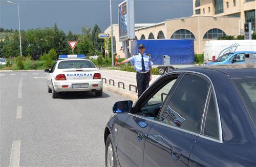 Shoferi i automjetit, kah i cili polici i uniformuar i jep shenjë me ndihmë të tabelës (si në fotografi), është i detyruar: