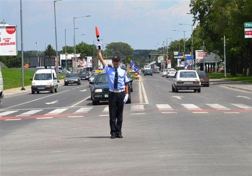 Dora e ngritur vertikalisht e policit të uniformuar me shkop në dorë (si në fotografi), do të thotë: