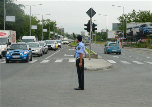 Sipas pozitës së trupit dhe duarve të policit të uniformuar si në fotografi, është i ndaluar kalimi i: