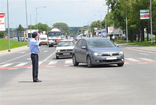 Dora e shtrirë horizontalisht e policit të uniformuar me shkop në dorë (si në fotografi), tregon: