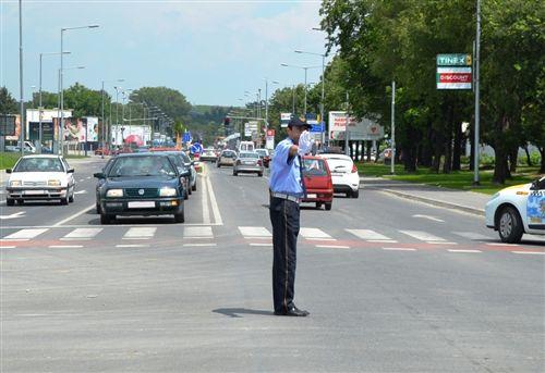 Dora e shtrirë horizontalisht e policit të uniformuar me shuplakë të hapur (si në fotografi) tregon :