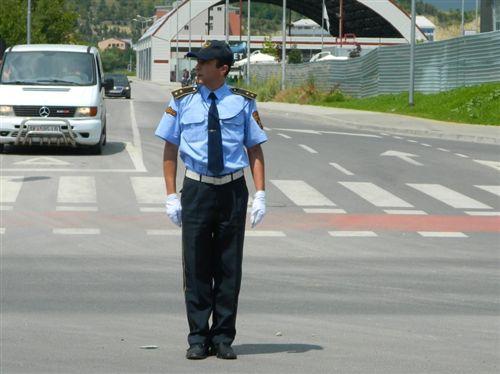 Sipas pozitës së trupit dhe duarve të policit të uniformuar si në fotografi, është i lejuar kalimi i :