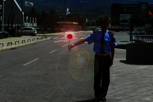 """Shenja ndriçuese me ngjyrë të kuqe të vazhdueshme të """"stoptabelës"""" që e jep polici zyrtar i uniformuar me lëvizje vertikale të dorës lartë-poshtë, për shoferin kah i cili jepet shenja do të thotë:"""