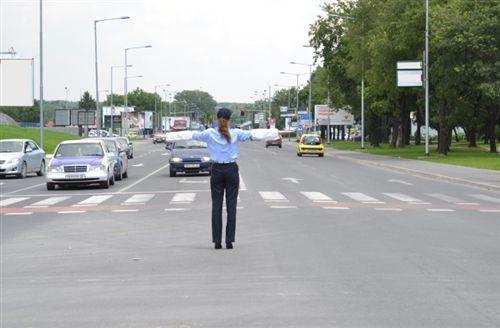 Në rast kur shoferi i automjetit të ndihmës së shpejtë afrohet në udhëkryq të rregulluar nga polici zyrtar i uniformuar, i kthyer me shpinë nga ai, i njëjti: