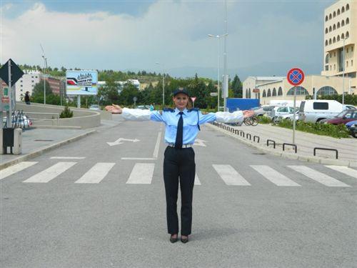 A mund që polici zyrtar i uniformuar t'i lëshojë duart përskaj trupit të tij gjatë rregullimit të komunikacionit: