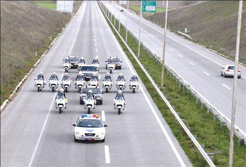 Për automjetet nën shoqërim kur qarkullojnë në auostradë si në fotografi:
