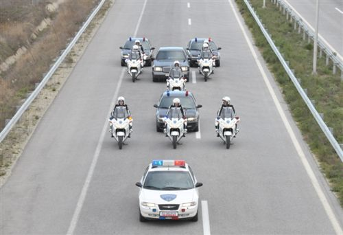 Automjeteve të cilave u është caktuar shoqërim nga automjete të policisë të paisura me paisje për dhënie të shenjave të posaçme të zëshme dhe ndriçuese (të treguar në fotografi), bëjnë pjesë në grupin e: