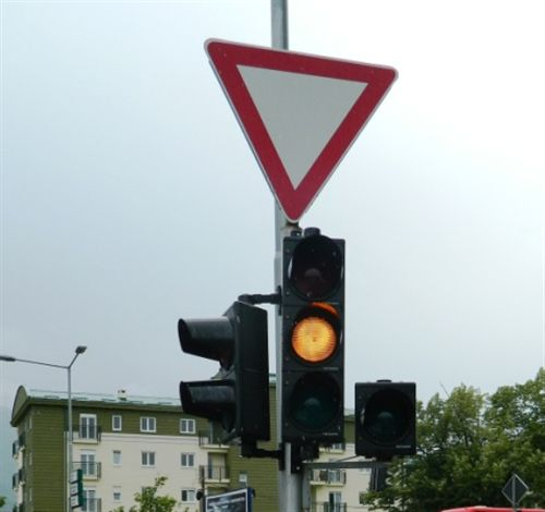 Sinjali i verdhë ndriçues i pandërprerë në semafor tregon: