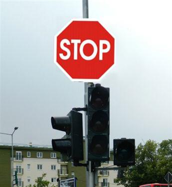 Shoferi i cili me automjet i afrohet shenjës së komunikacionit, si në fotografinë, është i obliguar që: