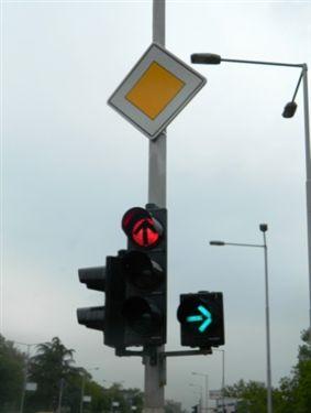 Sipas sinjaleve ndriçuese të semaforit të paraqitur si në fotografinë: