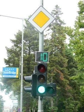 Sipas shenjës ndriçuese të semaforit (si në fotografi):