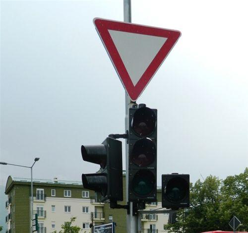 Shenja e komunikacionit e vendosur mbi semafor (si në fotografinë) para udhëkryqit e ka kuptimin: