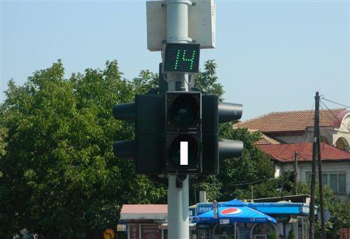 Shenja ndriçuese në pajisjen për dhënien e sinjaleve ndriçuese të komunikacionit e treguar në fotografi, shërben për rregullimin e komunikacionit të: