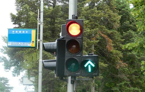 Sipas shenjave ndriçuese të pajisjes për dhënien e sinjaleve ndriçuese të komunikacionit të treguar si në fotografinë, tregojnë: