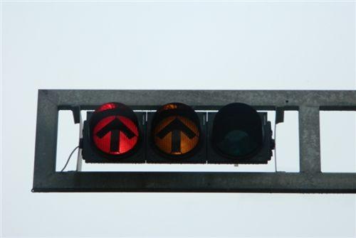 Dritat e pajisjes për dhënien e sinjaleve ndriçuese të komunikacionit (si në fotografinë), tregojnë: