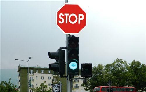 Sipas mënyrës në të cilën është i rregulluar komunikacioni si në fotografi, shoferi është i obliguar: