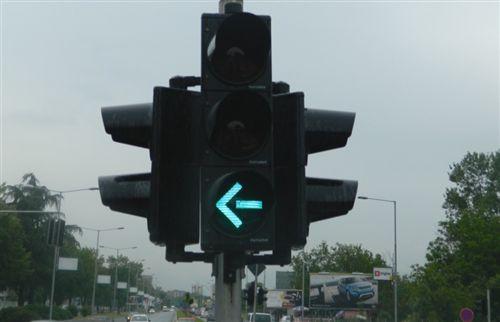 Sipas shenjës ndriçuese të pajisjes për dhënien e sinjaleve ndriçuese të komunikacionit të treguar në fotografi: