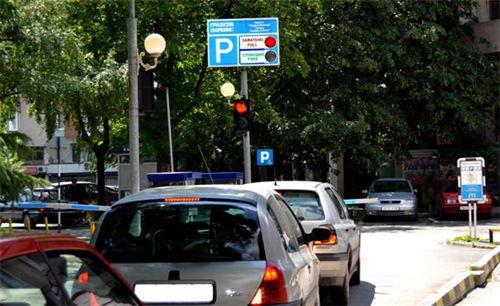 Shenja ndriçuese e vendosur në sipërfaqen e hyrjes së komunikacionit, e dedikuar për parking të automjeteve (si në fotografi), tregon: