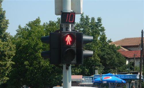 Tajmeri i vendosur mbi pajisjen për dhënien e sinjaleve ndriçuese të komunikacionit (si në fotografinë) tregon: