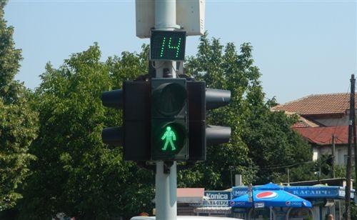 Tajmeri i vendosur mbi pajisjen për dhënien e sinjaleve ndriçuese të komunikacionit (si në fotografinë), tregon: