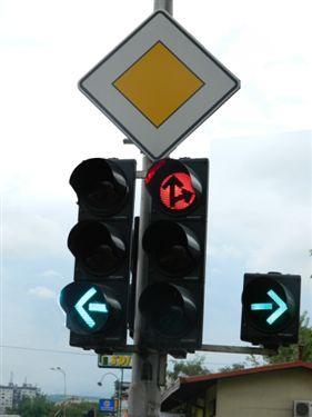 Përderisa automjeti i policisë i afrohet semaforit (si në fotografinë) dhe ka qëllim të vazhdojë në kahen drejtë, atëherë: