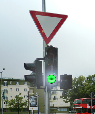 Drita e gjelbër vezulluese e semaforit, për pjesëmarrësit në komunikacion e ka kuptimin që vijon: