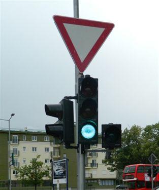 Varësisht nga shenjat të paraqitura në fotografi me të cilat rregullohet komunikacion në udhëkryq, shoferi është i obliguar të veprojë sipas:
