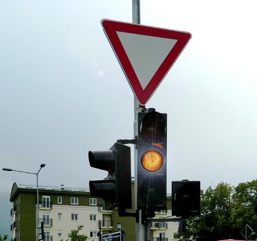 Drita e verdhë vezulluese e semaforit (si në fotografinë) për pjesëmarrësit në komunikacion e ka domethënien: