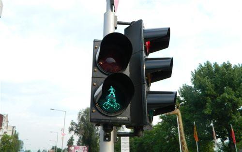 Sipas shenjës ndriçuese të pajisjes për dhënien e sinjaleve ndriçuese të komunikacionit (si në fotografi), lejohet kalimi: