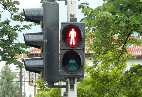 Sipas shenjës ndriçuese të pajisjes për dhënien e sinjaleve ndriçuese të komunikacionit (si në fotografinë), ndalohet kalimi:
