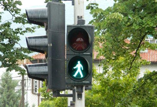 Sipas shenjës ndriçuese të pajisjes për dhënien e sinjaleve ndriçuese të komunikacionit (si në fotografinë), lejohet kalimi: