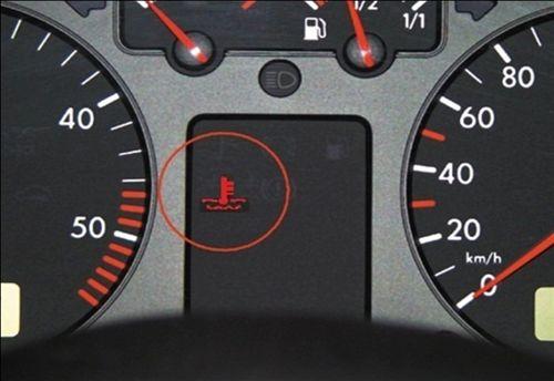 Përderisa gjatë kohës së drejtimit me automjetin, Ju ndizet llamba kontrolluese në instrument tabelë (si në fotografinë), Ju paralajmëron: