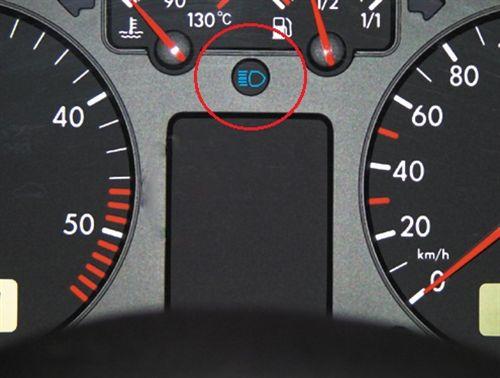 Kur ndriçon simboli në instrument tabelën e automjetit të paraqitur si në fotografi, Ju tregon se: