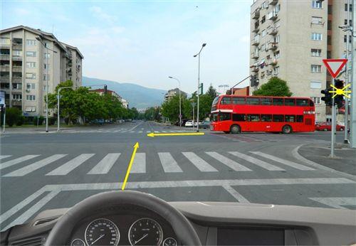Sipas situatës së paraqitur në fotografi, kur në semaforin është kyçur drita e verdhë vezulluese, unë: