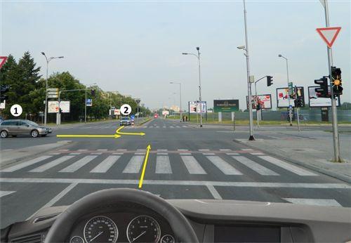 Sipas situatës së paraqitur në fotografi, në semafor është e kyçur drita e verdhë vezulluese, unë: