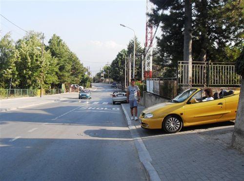 Sipas situatës së paraqitur në fotografi vetura në mënyrë të rregullt kyçet në komunikacion, nëse lëviz: