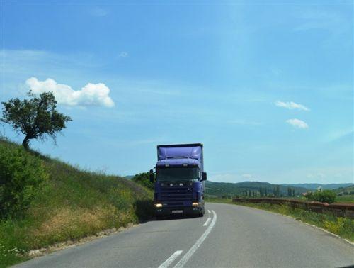 Gjatë kohës së drejtimit me automjetin, shoferi i automjetit patjetër duhet t'i ketë të ndezura: