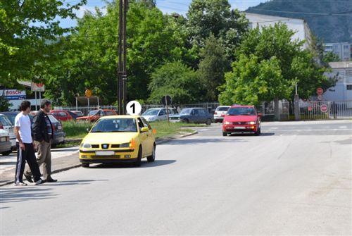 Shoferi i automjetit të shënuar me Nr. 1, i cili kyçet ne rrugë të komunikacionit (si në fotografi) është i obliguar që t'i informojë pjesëmarrësit tjerë në komunikacion për qëllimin e tij: