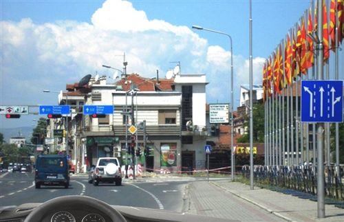 Sipas shenjës së komunikacionit të vendosur nga ana e djathtë e rrugës (si në fotografinë) lejohet të vazhdoni të qarkulloni: