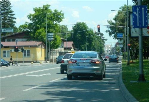 Në anën e prapme të automjetit, duhet të jenë të instaluara një apo dy drita për vozitje mbrapa, të cilat japin dritë me: