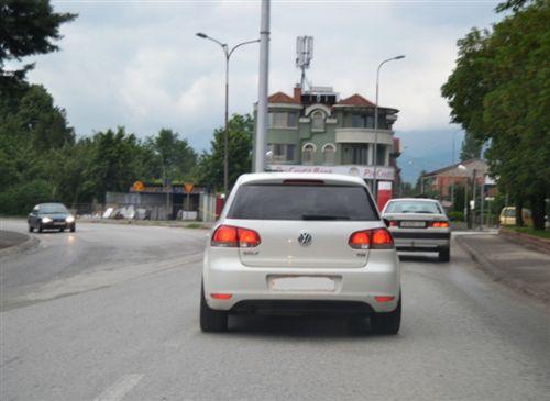 Kur shoferi i automjetit e përdor frerin punues, nga ana e prapme e automjetit ndizen dritat stop, ndriçimi i të cilave duhet të jetë me: