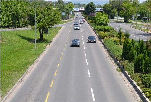 Korsia e djathtë e komunikacionit e llogaritur në drejtim të lëvizjes së automjeteve, e shënuar me vija të verdha të ndërprera (si në fotografinë) është e dedikuar për komunikacion të: