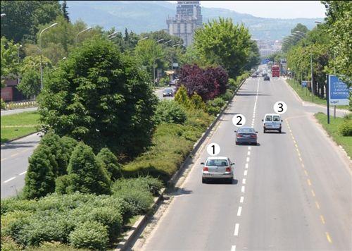 Sipas situatës së treguar në fotografi, në mënyrë të parregullt qarkullon automjeti i shënuar me: