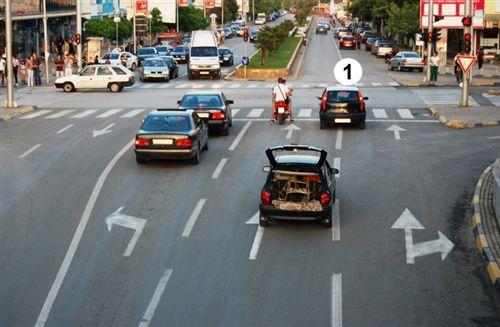 Shoferi i veturës së shënuar me numër 1 (si në fotografinë), para udhëkryqit ka marrë pozitë për lëvizje në kahen drejt:
