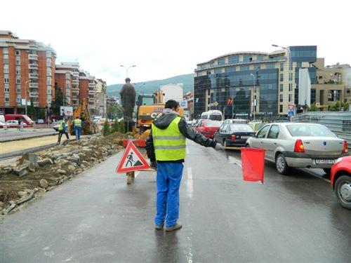 Kur në një pjesë të rrugës punët kryhen ditën, lëshimin e automjeteve reciprokisht mund ta rregullojnë persona të caktuar: