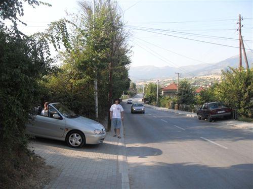 Sipas situatës në fotografi, shoferi i veturës, kur kyçet në rrugë komunikacioni, në kahen djathtas: