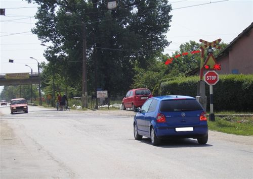 Kur në sinjalin ndriçues të komunikacionit (si në fotografi) paraqitet ngjyrë e kuqe vezulluese, shoferi i veturës: