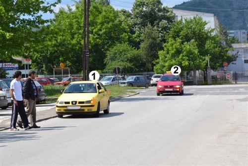 Возачот на возилото означено со број 1, кое е запрено покрај десниот раб на коловозот (како на сликата) при вклучување во сообраќај: