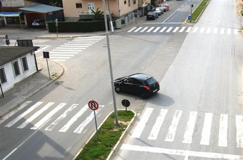 Sipas situatës së treguar në fotografi, shoferi i veturës veprimin e realizon: