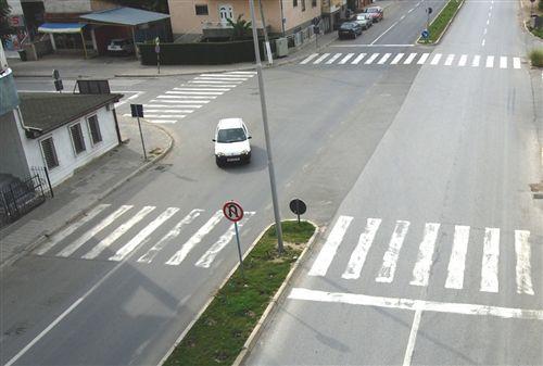 Shoferi veturës (së treguar në fotografi), gjatë kthimit djathtas: